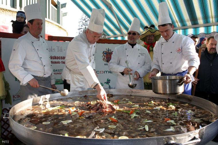 Mesterszakácsok készítik a világ legnagyobb kocsonyáját a Miskolci Tél - Kocsonyafesztivál 2007. megnyitóján.