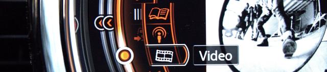 ...állva akár videót nézni is. Biztos vagyok benne, hogy létezik az a gomb-kombináció, amellyel kikapcsolható ez a biztonsági fícsör.