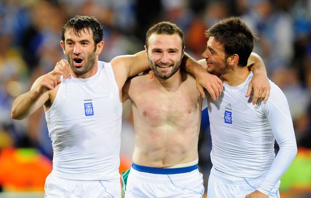 C csoport: Giorgiasz Karagunisz és görög csapattársai ismét megmutatták, miért volt Európa szégyene, hogy ők valaha Eb-t nyerhettek. (A képen látható még Szotirisz Ninisz és Dimitriosz Szalpingidisz.)