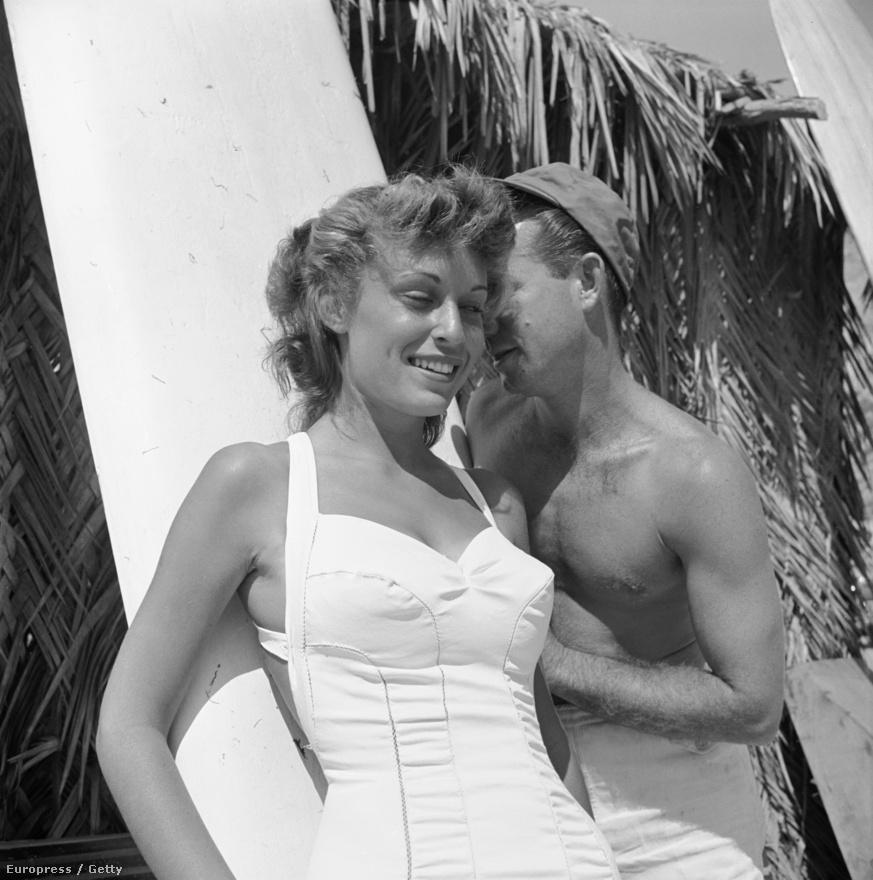 Az egyik korábbi képről már ismert Obert Rod két szerelmével: barátnője és szörfdeszkája társaságában, egy tengerparti viskó oldalában.
