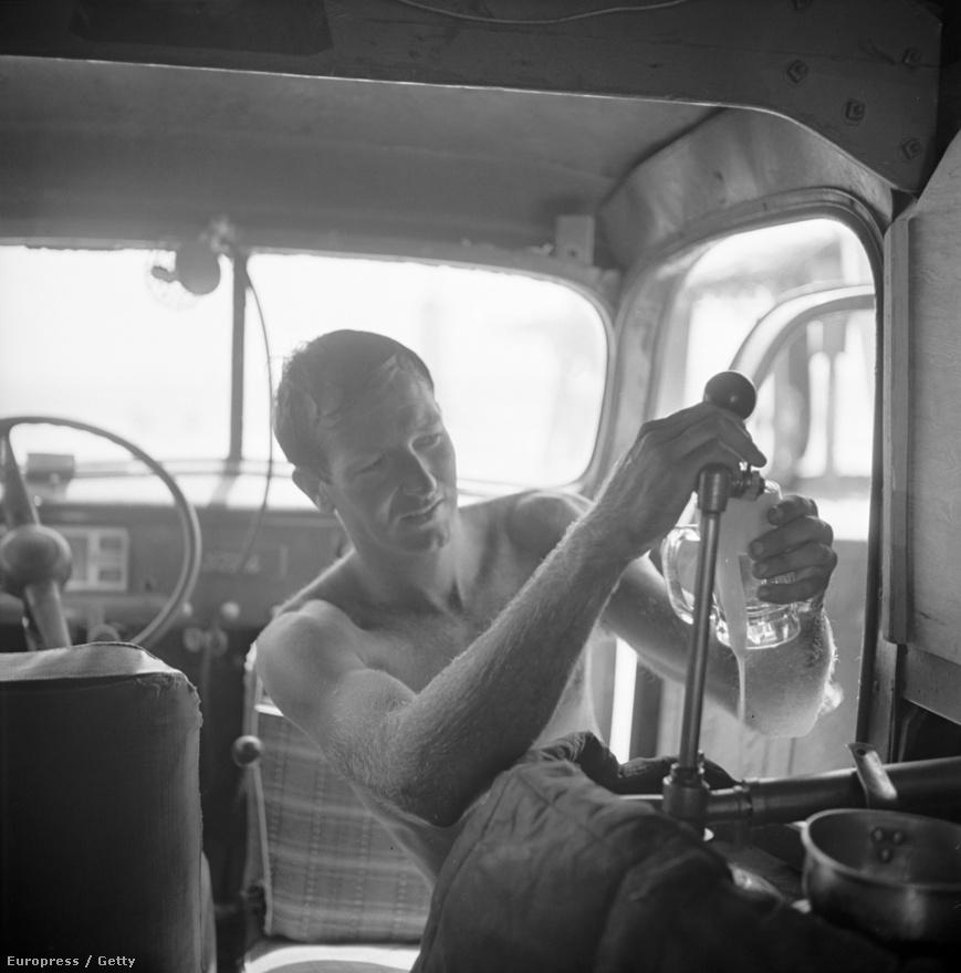 A vízben nem csupán megéhezik, de könnyedén meg is szomjazik az ember. A Pörölycápaként (vagy egyszerűen csak Bobként) emlegetett szörfös, Robert Gravage kocsijában csapol sört magának.