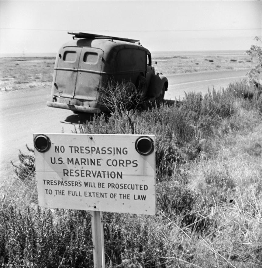 """""""Tilos az átjárás"""" – hirdeti jól láthatóan az amerikai tengerészet táblája San Onofre partjánál. A figyelmeztetés ellenére szörfösök egy furgonja parkol a tilosban. Ha fülön csípték volna őket, birtokháborítás vádjával indulhatott volna ellenük eljárás."""