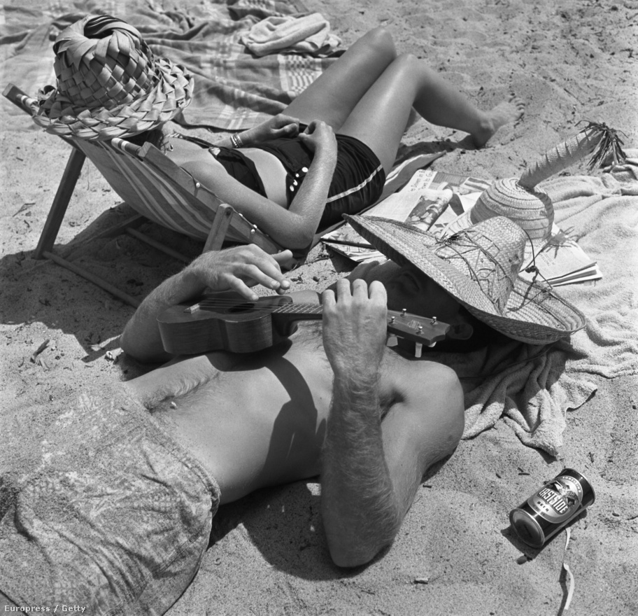 Izgalmas szalmakalap-költeményekbe bújt férfi és nő napozik Kalifornia partjainál, közben a férfi a polinéz szigetvilág kedvelt hangszerén, az ukulelén játszik.