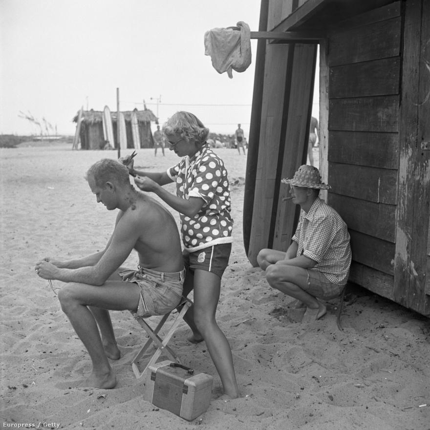 Szörfözés közben nem túl praktikusak a hosszú fürtök. Jól tudja ezt Warren Miller is, akinek haját egyik barátja, Myra Roche vágja le a parton. A háromgyerekes anya volt az összes szörfös önkéntes házi fodrásza.