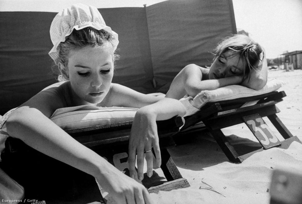 Annette Stroyberg dán színésznő (bal oldalt) testvérével Mirette-tel napozik a Francia Riviérán 1959-ben. A színésznő legismertebb szerepét első férje, Roger Vadim ugyanebből az évből származó filmjében, a Veszedelmes viszonyokban alakította. Egy évvel később elvált tőle, majd Olaszország Sir Laurence Olivierjével, Vittorio Gassmannal élt együtt. Később olyan filmsztárokkal is volt viszonya, mint  Alain Delon, az Arábiai Lawrence és a Doktor Zsivágó című filmekből ismert Omar Sharif vagy Warren Beatty, akit tizennégy alkalommal jelöltek Oscar-díjra, tizennyolcsszor pedig Golden Globe-ra.