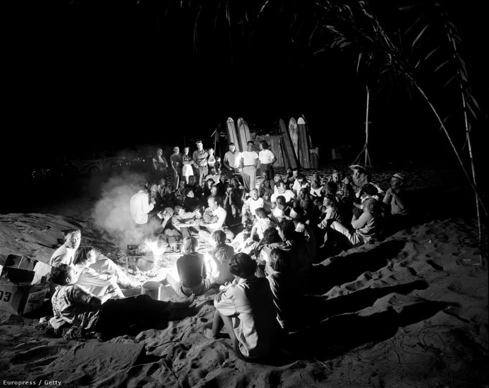 A nappali szörfözés, napozás és lubickolás után esténként a tábortűz körül gyűlnek össze a tengerpart megfáradt lakói.