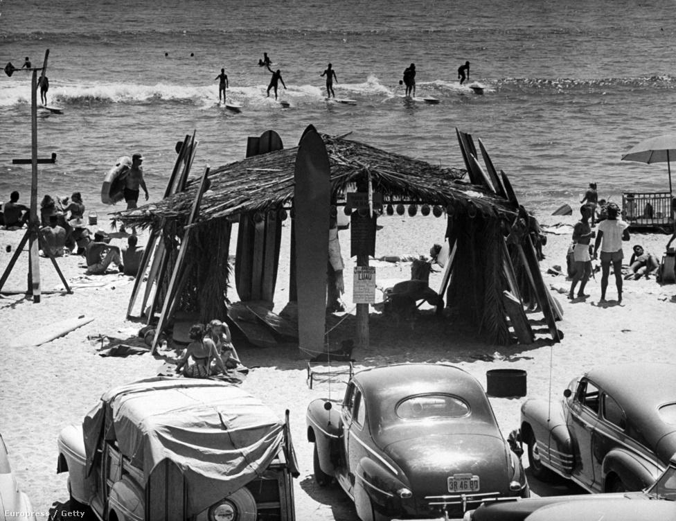 Szörfdeszkák pihennek egy nádfedeles kunyhónak támasztva Amerika nyugati partjainál, 1950 júliusában. A viskót strandolók és szörfösök építették, hogy legyen hova menekülniük a tűző nap elől.