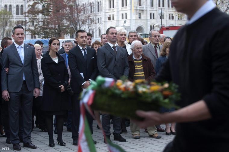 Rogán Antal polgármester a Fidesz frakcióvezetője (b3) és felesége Rogán-Gaál Cecília (b2) valamint Puskás András alpolgármester (b) és Sélley Zoltán jegyző (b4) az V. kerületi önkormányzat '56-os megemlékezésén