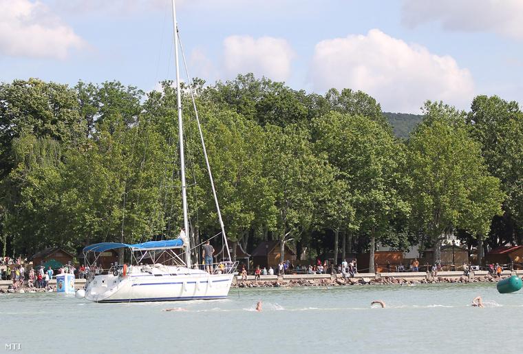 A nyíltvízi úszók 10 km-es Európa Kupájának résztvevői úsznak a Balatonban Balatonfürednél, a Magyar Úszás Napján