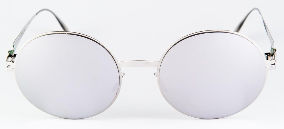 Mykita Janis (19 gramm, 80 ezer+)                         Olyan, mint a Rammstein: német, fémes, és kiakasztja az embereket. Viszont könnyű. Mondhatni ultrakönnyű; 20 gramm alá menni keveseknek sikerül. A berlini Mykita technikai különlegessége, hogy csavarok nélkül, 0,3 milliméter vastag lemezből, polikarbonát Zeiss lencsével készít szemüvegeket. A szár csatlakozási pontján nincs zsanér, csak a feltekert lemez. Őrület. Viszont inkább stílusoskodni jó, mert a három tized millis lemez hordása akkor is kényelmetlen, ha csak 19 gramm az egész. És ez a Zeiss-lencse valamiért nem különösebben jó. Nincs vele baj, de a képe inkább csak jó átlagos. Hiába a sorozatgyártás, még a legjobbaknál is előfordul ilyen.
