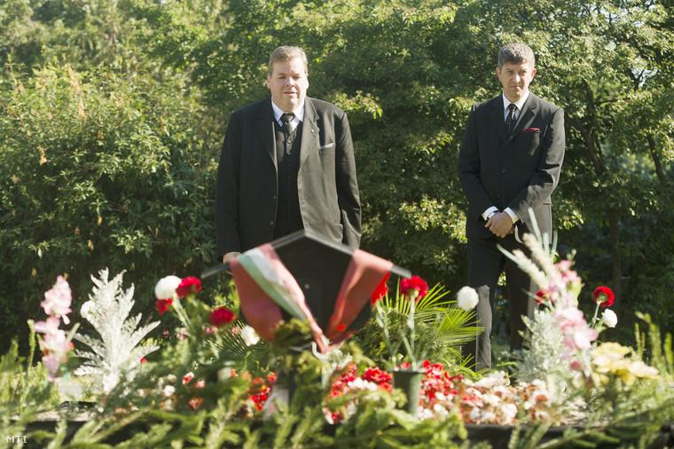 Schmuck Andor a Szociáldemokraták Magyar Polgári Pártjának elnöke és Árok Kornél a párt ügyvezető elnöke koszorút helyez el Horn Gyula sírjánál a Fiumei úti sírkertben a néhai szocialista miniszterelnök halálának első évfordulóján 2014. június 19-én.