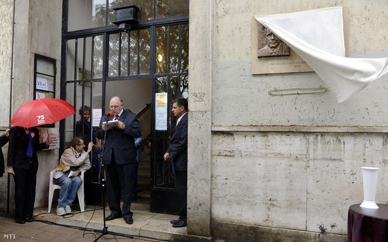 Tóth József a XIII. kerület szocialista polgármestere beszédet mond Horn Gyula emléktáblájának felavatásán a néhai miniszterelnök egykori lakóházánál az Újpesti rakparton 2013. szeptember 11-én.
