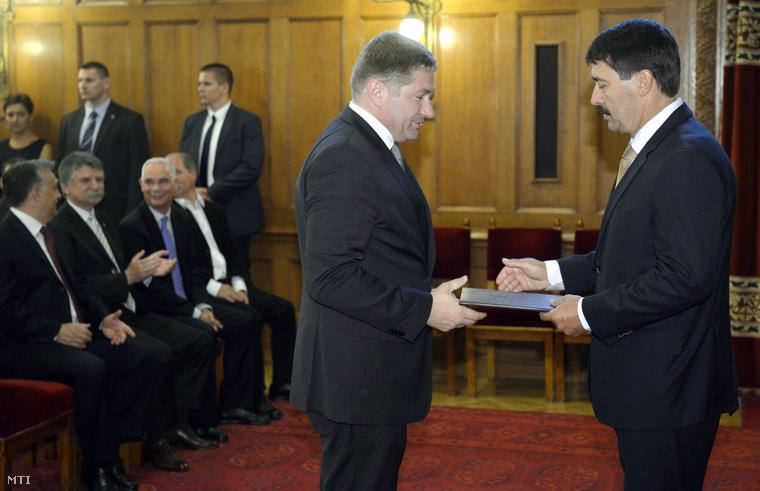 Sonkodi Balázs, a Miniszterelnökség stratégiai ügyekért felelős államtitkára átveszi kinevezési okmányait Áder János köztársasági elnöktől az államtitkári kinevezések ünnepélyes átadásán az Országház Vadásztermében 2014. június 12-én.