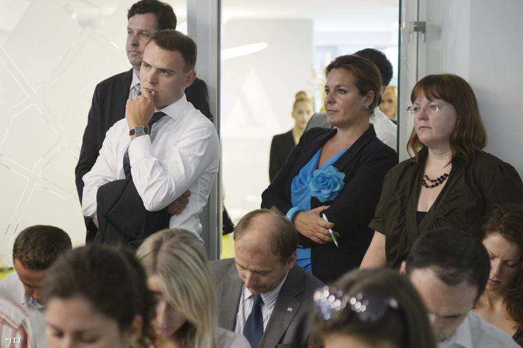Dányi Gábor, a Nemzeti Fejlesztési Ügynökség elnökhelyettese (balra hátul) és Csepreghy Nándor a Miniszterelnökség NFÜ-t felügyelő helyettes államtitkára Lázár János sajtótájékoztatóját hallgatja az NFÜ épületében 2013. augusztus 12-én.