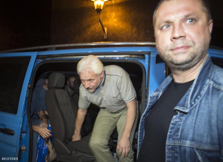A négy szabadon engedett EBESZ megfigyelő egyike száll ki egy autóból, mellette Alekszandr Borodaj, a szeparatisták kormányfője, aki személyesen kísérte a foglyokat a donyecki szállodához, 2014. június 27-én.