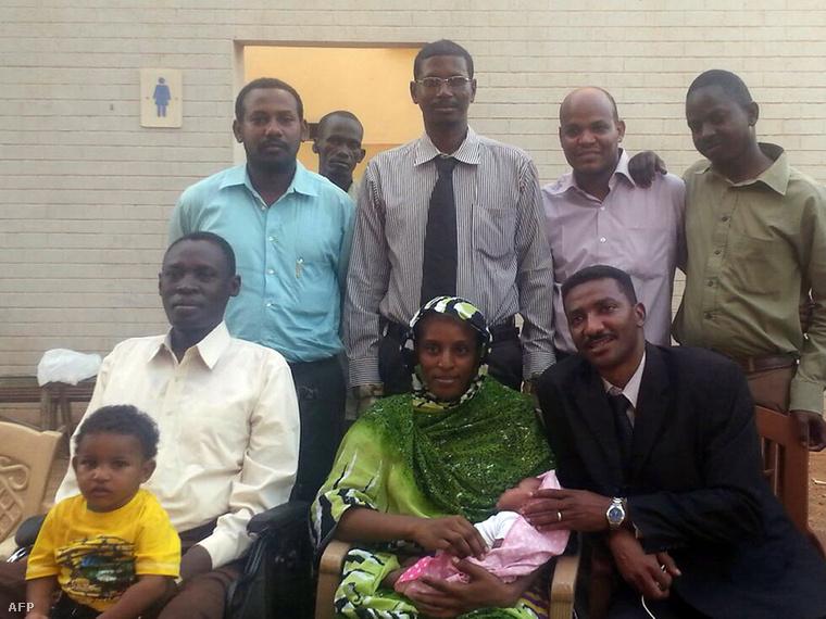 Meriam Ibrahimot azért ítélték halálra Kartúmban, mert egy dél-szudáni, keresztény férfihoz ment hozzá három éve és az iszlám ország törvényeivel ellentétesen keresztény hitre tért át.