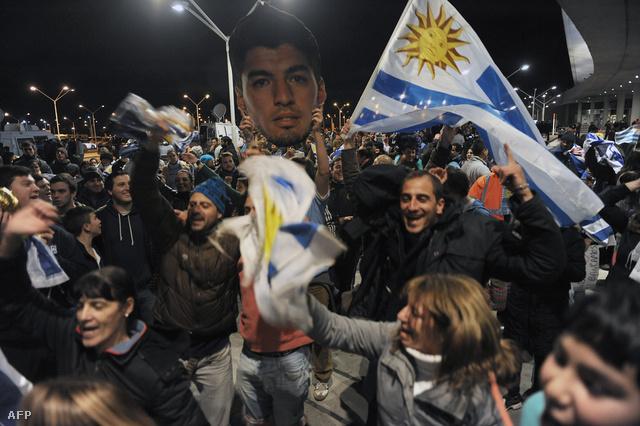 Rajongók tömege várta haza Suarezt.