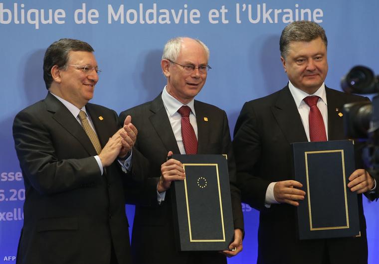 José Manuel Barroso, az Európai Bizottság elnöke, Herman Van Rompuy, az Európai Tanács elnöke és Petro Porosenko ukrán elnök (b-j), miután aláírták az Európai Unió és Ukrajna közötti szabadkereskedelemről szóló dokumentumot.