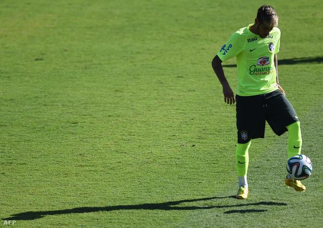 Neymar már bejáratta az új, aranyszínű cipőt
