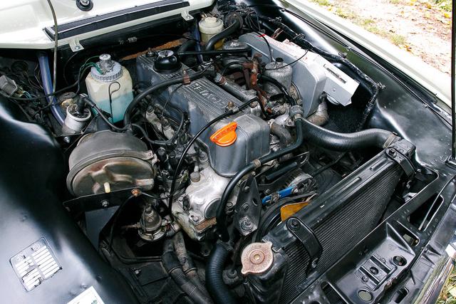 Négyzetes furat–löketű motor két kartergáz-visszavezetővel
