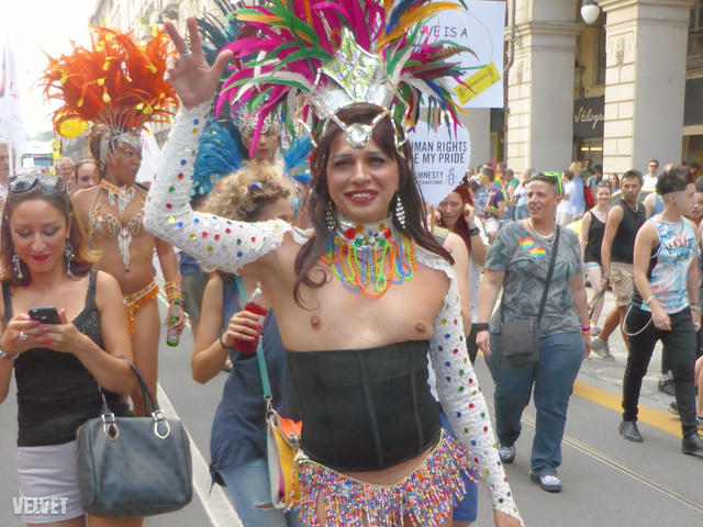 A topless transzvesztita üdvözli önt a Torinó Pride-on!