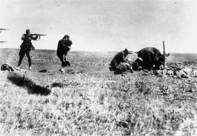 Einsatzgruppe végez ki zsidókat a nyugat-ukrajnai Ivangorod határában 1942-ben