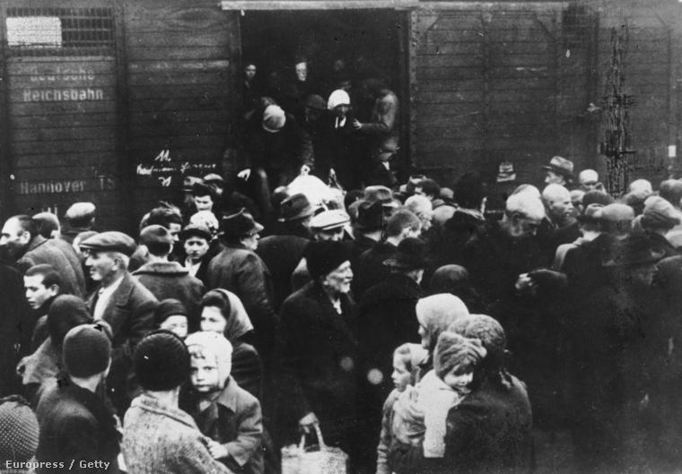 Magyar zsidók szállnak ki a vagonokból Auschwitzban