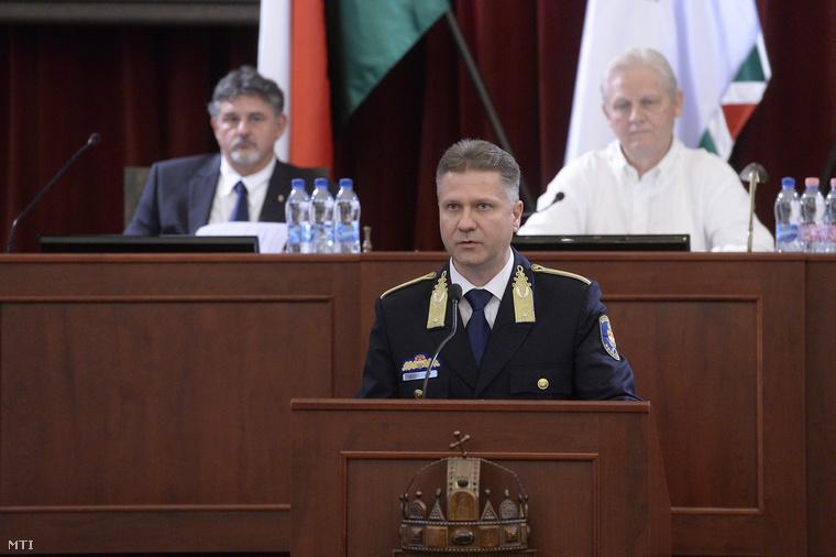 Bucsek Gábor rendőr dandártábornok felszólal a Fővárosi Közgyűlés ülésén a Városházán 2014. június 30-án.
