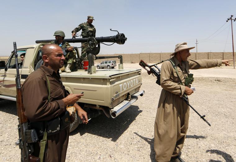 Levantei fegyveresekkel harcoló kurd katonák