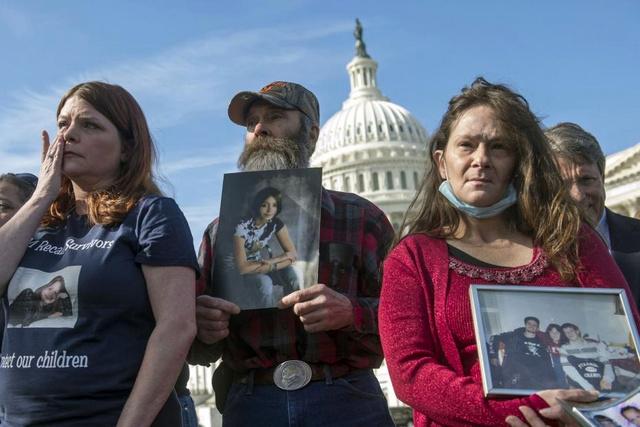 Laura Christian, Randal Rademaker és Shannon Wooten (balról) mindannyian gyermeküket vesztették a hibás gyújtáskapcsoló miatti balesetekben. Itt éppen egy április eleji, washingtoni meghallgatás előtt tiltakoznak az ellen, hogy a GM vezetése éveken keresztül elhallgatta a problémát.