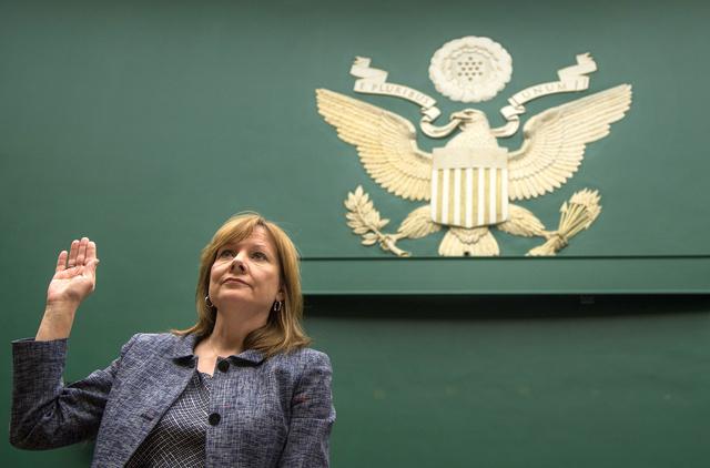 Mary T. Barra, a GM ügyvezetője esküt tesz a kongresszusi vizsgálóbizottság előtt.