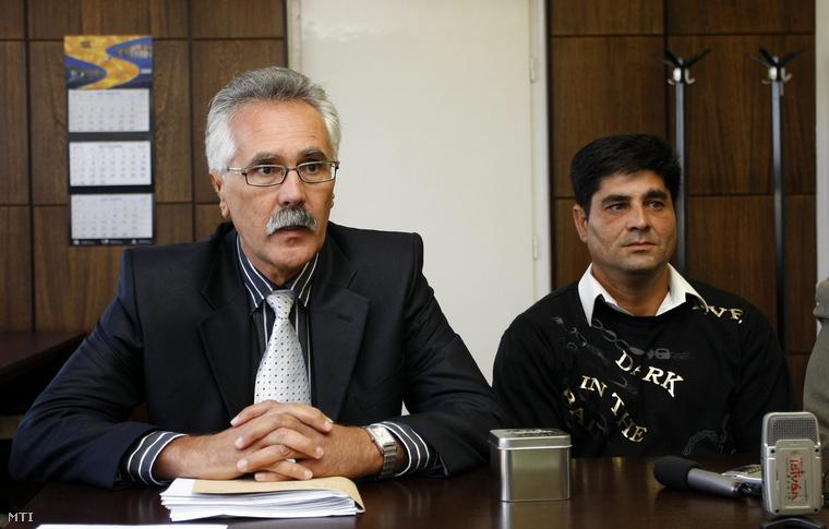 Pásztor Albert miskolci rendőrkapitány (b) és Oláh Zsolt miskolci lakos nyilatkozik a sajtó képviselőinek a Miskolci Rendőrkapitányságon (2009.)