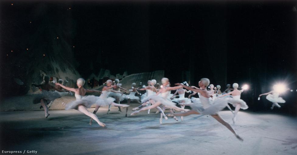 McNallyt azért érdekelte annyira az orosz balett, mert rajtuk keresztül szerette volna bemutatni az orosz élet és mindennapok abszurditását: hogy az ország egyik felében tankok masíroznak, Moszkvában pedig zavartalanul táncolnak a balerinák a színpadon.