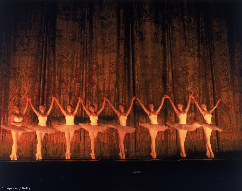 Pár várossal arrébb: a Bolsoj táncosai a színpadon.  A Life-nak egyébként nem konkrétan a balettal volt baja, csak nem értették, miért kellene nekik egy orosz társulattal foglalkozni. Végül egy 12 oldalas riportban dolgozták fel a témát, amit nagyon jól fogadtak az olvasók. Pedig pont ettől tartottak, hogy miért  érdekelne bárkit is Illinois-ban az orosz balett?