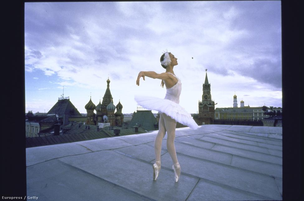 Nadezhda Gracheva, a Bolsoj Ballet balerinája hattyújelmezben a tetőn a Kremlre nézve. A kép készítéséről, a pénzt kérő igazgatóról és a februári hidegről  McNally ebben a videóban beszél részletesen http://vimeo.com/74256962