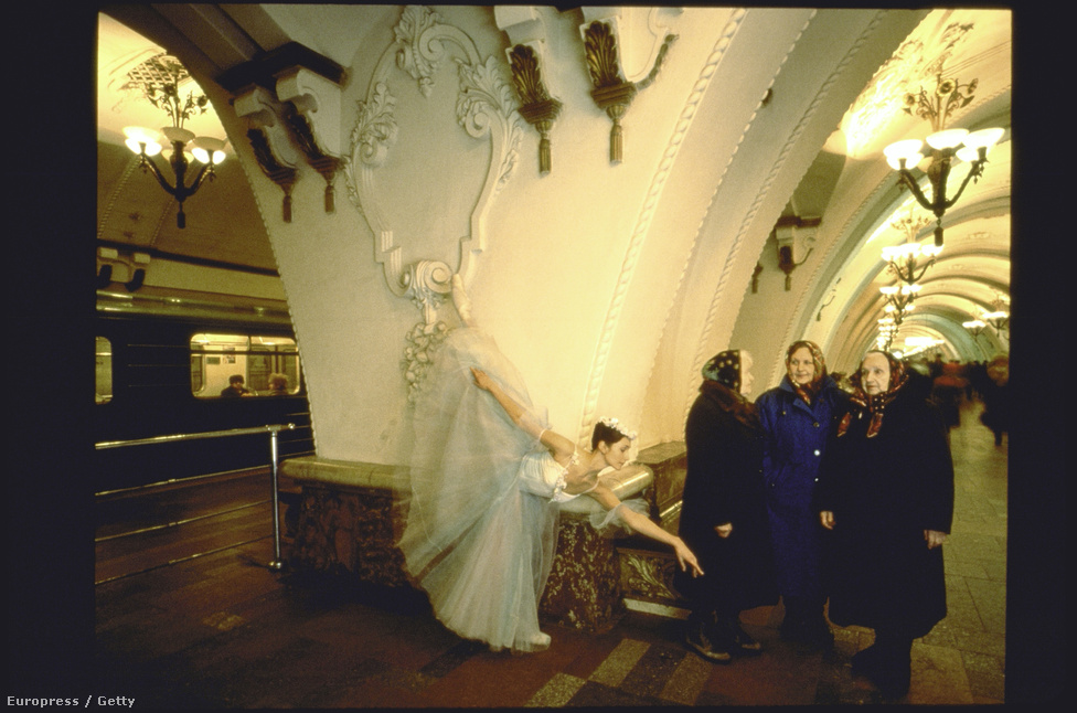 Mindeközben Oroszországban Tatyana Rastorgueva, a Bolsoj balett táncosa a moszkvai metróban csinálja ugyanezt.  Mivel McNally nem fizetett a Bolsojnak, a város különböző pontjain fotózta a táncosokat: szinte könyörögtek, hogy a metróban, tetőkön, gőzfürdőkben pózolhassanak.