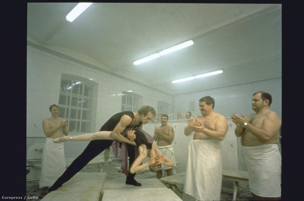 Eközben Moszkvában. Férj és feleség, Mark Peretokin és Nina Semizorova képnek fel egy szaunában. A törölközőbe csavart félmeztelen férfiak tapssal fogadják az előadást.