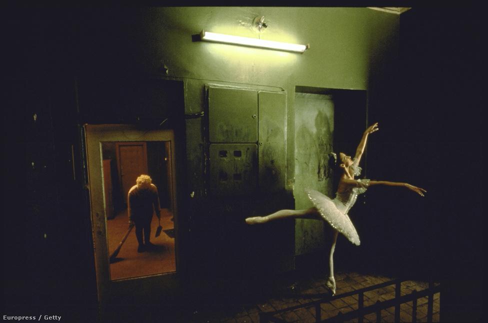 Anna Ivanova Hamupipőke jelmezében egy moszkvai utcán. A Bolsoj egy nagyon komoly társulat, és a korábban róluk készült képek is ennek megfelelően meglehetősen konzervatívak voltak. A táncosok végre felszabadultnak érezhették magukat miközben McNallyval dolgoztak.