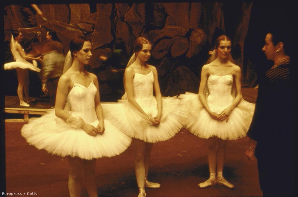 Leszidják a balerinákat az előadás után.
