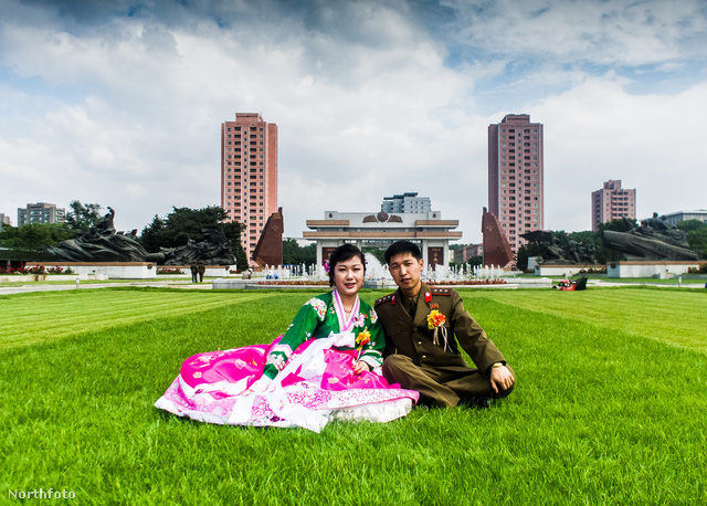 Egy ifjú pár az esküvő után fényképezkedik Phenjanban