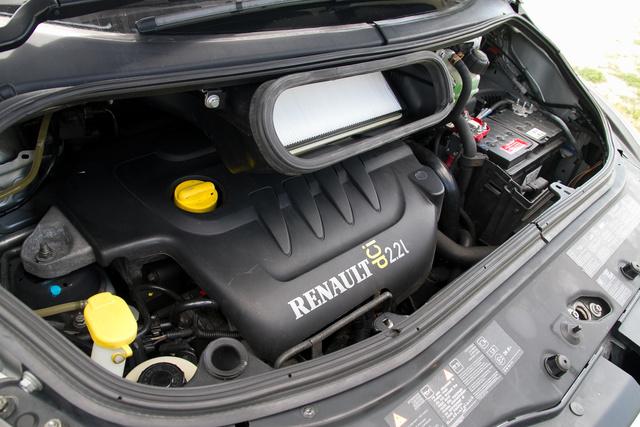 A 2,2 dCi az egyik legproblémásabb motorváltozat. A kétliteres verzió teljesen más, azzal kevés a gond. Bár a vele kínált példányok sok százezer forinttal drágábban is mennek a magyar használtpiacon