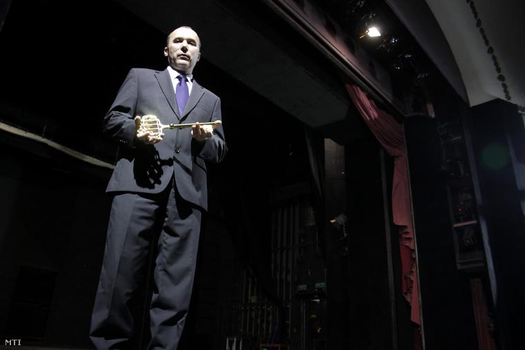 Porga Gyula polgármester a Veszprémi Petőfi Színház jelképes kulcsával a teátrum színpadán, 2012. január 3-án.