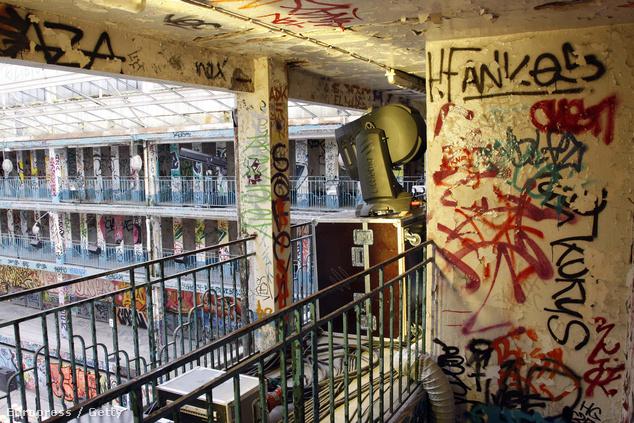 2009-ben divatbemutatót tartottak az elhagyatott Molitorban