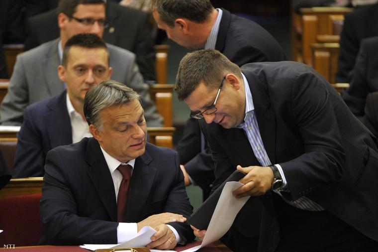 Orbán Viktor miniszterelnök (b) és Seszták Miklós nemzeti fejlesztési miniszter az Országgyűlés plenáris ülésén 2014. július 4-én.