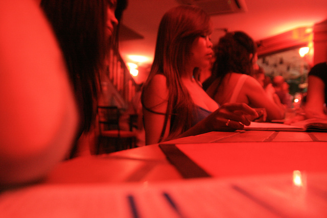 Prostituáltak egy bárban Phnom Penh-ben
