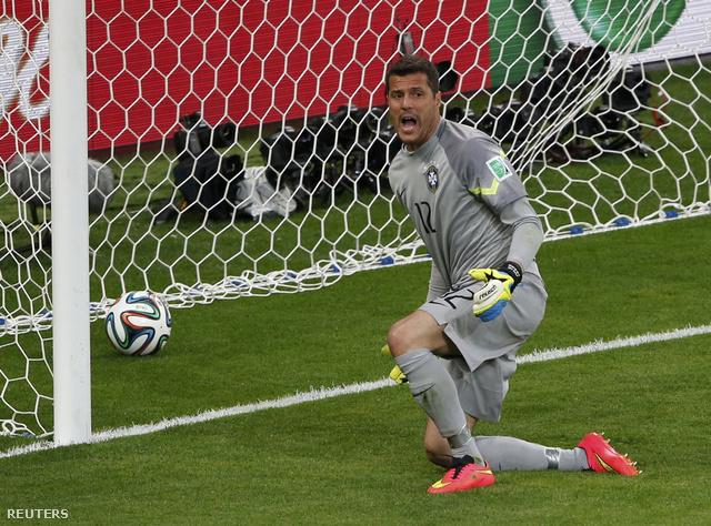 Jégkorongban a kapust már 5 bekapott gólnál lecserélik, Júlio César azonban nem hokikapus.