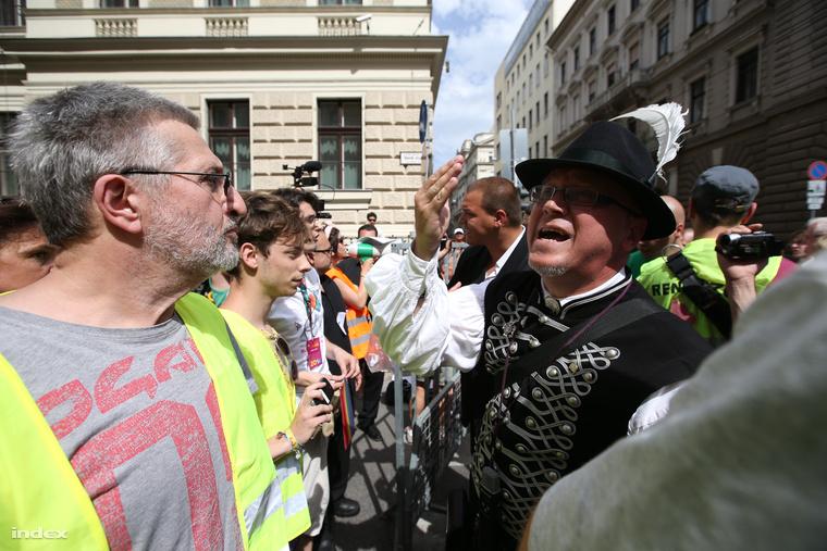 """A közlemény felidézi, hogy a Honvéd utcai kapunál szitkozódott és """"félelmet keltő módon"""" lépett fel az érpataki polgármester"""