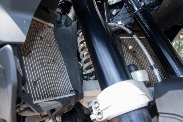 Fura dolog egy bokszer BMW-n: vízhűtők elöl