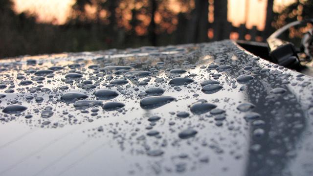 A polírozást követő viaszolás után így pereg le a víz a lakkról. A tisztítás, kocsimosás is sokal könnyebb ezután
