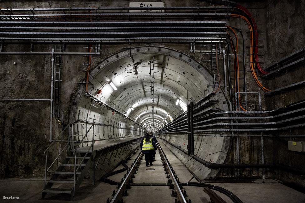 A Kontroll című filmben van egy híres jelenet, amiben két állomás közt átfutnak a metró előtt. Ezt a 4-es metróban nem csak a sínek között, de a kép bal oldalán lévő menekítőjárdán is lehetetlen megcsinálni a metrósok szerint. Akkora ugyanis a vonat huzata, hogy simán berántaná az ott futót. Az állomások közötti átfutás egyébként jó eséllyel közérdekű üzem működésének megzavarása is lenne, ami egytől öt év szabadságvesztést ér.